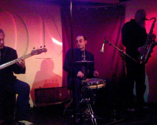 Jules Deelder drumming